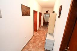 Коридор. Боко-Которская бухта, Черногория, Доброта : Апартамент для 8 человек, с 3-мя отдельными спальнями, с балконом с видом на море