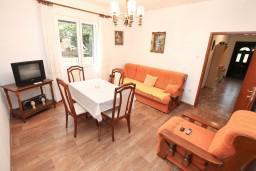 Гостиная. Боко-Которская бухта, Черногория, Доброта : Апартамент для 8 человек, с 3-мя отдельными спальнями, с балконом с видом на море