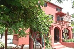 Фасад дома. Будванская ривьера, Черногория, Приевор : 3-х этажный дом в Будве (Приевор) с 4-мя отдельными спальнями, с 2-мя ванными комнатами, с 2-мя гостиными, с бассейном, с террасой, с местом для барбекю, с зеленой территорией, несколько парковочных мест, Wi-Fi