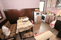 Кухня. Будванская ривьера, Черногория, Приевор : 3-х этажный дом в Будве (Приевор) с 4-мя отдельными спальнями, с 2-мя ванными комнатами, с 2-мя гостиными, с бассейном, с террасой, с местом для барбекю, с зеленой территорией, несколько парковочных мест, Wi-Fi