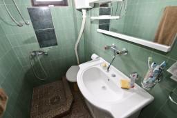 Ванная комната. Будванская ривьера, Черногория, Приевор : 3-х этажный дом в Будве (Приевор) с 4-мя отдельными спальнями, с 2-мя ванными комнатами, с 2-мя гостиными, с бассейном, с террасой, с местом для барбекю, с зеленой территорией, несколько парковочных мест, Wi-Fi