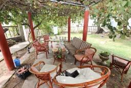 Терраса. Будванская ривьера, Черногория, Приевор : 3-х этажный дом в Будве (Приевор) с 4-мя отдельными спальнями, с 2-мя ванными комнатами, с 2-мя гостиными, с бассейном, с террасой, с местом для барбекю, с зеленой территорией, несколько парковочных мест, Wi-Fi
