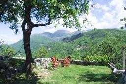 Территория. Будванская ривьера, Черногория, Приевор : 3-х этажный дом в Будве (Приевор) с 4-мя отдельными спальнями, с 2-мя ванными комнатами, с 2-мя гостиными, с бассейном, с террасой, с местом для барбекю, с зеленой территорией, несколько парковочных мест, Wi-Fi