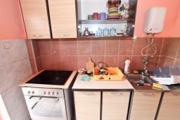 Кухня. Будванская ривьера, Черногория, Приевор : 2-х этажный дом в Будве (Приевор) с 3-мя отдельными спальнями, с 2-мя ванными комнатами, с большой гостиной, с бассейном, с террасой, с местом для барбекю, с зеленой территорией, несколько парковочных мест, Wi-Fi