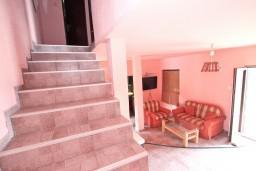 Гостиная. Будванская ривьера, Черногория, Приевор : 2-х этажный дом в Будве (Приевор) с 3-мя отдельными спальнями, с 2-мя ванными комнатами, с большой гостиной, с бассейном, с террасой, с местом для барбекю, с зеленой территорией, несколько парковочных мест, Wi-Fi