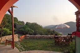 Территория. Будванская ривьера, Черногория, Приевор : 2-х этажный дом в Будве (Приевор) с 3-мя отдельными спальнями, с 2-мя ванными комнатами, с большой гостиной, с бассейном, с террасой, с местом для барбекю, с зеленой территорией, несколько парковочных мест, Wi-Fi
