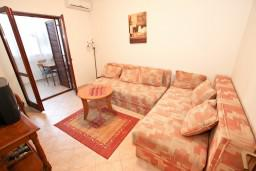 Гостиная. Рафаиловичи, Черногория, Рафаиловичи : Апартамент для 3-5 человек, с 2-мя отдельными спальнями, 50 метров до моря