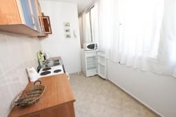 Кухня. Рафаиловичи, Черногория, Рафаиловичи : Апартамент для 3-5 человек, с 2-мя отдельными спальнями, 50 метров до моря