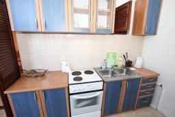 Кухня. Будванская ривьера, Черногория, Рафаиловичи : Апартамент для 3-5 человек, с 2-мя отдельными спальнями, 50 метров до моря