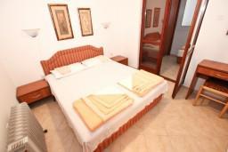 Спальня. Будванская ривьера, Черногория, Рафаиловичи : Апартамент для 3-5 человек, с 2-мя отдельными спальнями, 50 метров до моря