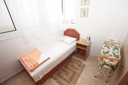 Спальня 2. Будванская ривьера, Черногория, Рафаиловичи : Апартамент для 3-5 человек, с 2-мя отдельными спальнями, 50 метров до моря