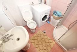 Ванная комната. Рафаиловичи, Черногория, Рафаиловичи : Апартамент для 3-5 человек, с 2-мя отдельными спальнями, 50 метров до моря