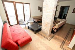 Гостиная. Будванская ривьера, Черногория, Будва : Современный апартамент для 5 человек, с отдельной спальней, с террасой