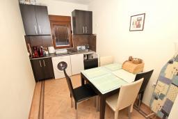 Обеденная зона. Будванская ривьера, Черногория, Будва : Современный апартамент для 5 человек, с отдельной спальней, с террасой
