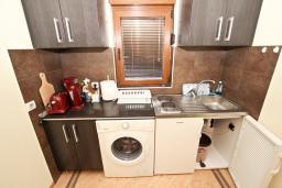 Кухня. Будванская ривьера, Черногория, Будва : Современный апартамент для 5 человек, с отдельной спальней, с террасой