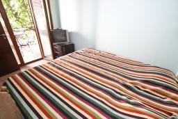 Спальня. Будванская ривьера, Черногория, Будва : Современный апартамент для 5 человек, с отдельной спальней, с террасой