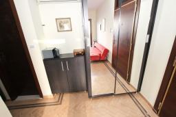 Гардеробная / шкаф. Будванская ривьера, Черногория, Будва : Современный апартамент для 5 человек, с отдельной спальней, с террасой