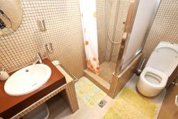Ванная комната. Будванская ривьера, Черногория, Будва : Современный апартамент для 5 человек, с отдельной спальней, с террасой