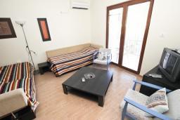 Гостиная. Будванская ривьера, Черногория, Будва : Современный апартамент с отдельной спальней, с 2-мя балконами