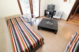 Будванская ривьера, Черногория, Будва : Современный апартамент с отдельной спальней, с 2-мя балконами