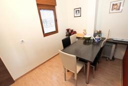 Обеденная зона. Будванская ривьера, Черногория, Будва : Современный апартамент с отдельной спальней, с 2-мя балконами
