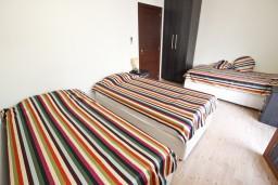 Спальня. Будванская ривьера, Черногория, Будва : Современный апартамент с отдельной спальней, с 2-мя балконами