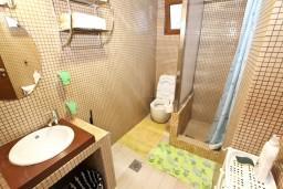 Ванная комната. Будванская ривьера, Черногория, Будва : Современный апартамент с отдельной спальней, с 2-мя балконами