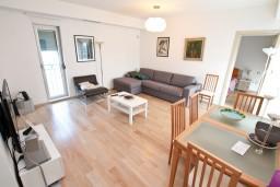Гостиная. Боко-Которская бухта, Черногория, Доброта : Современный апартамент для 4-5 человек, с отдельной спальней, с балконом с видом на море