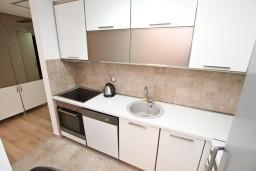 Кухня. Боко-Которская бухта, Черногория, Доброта : Современный апартамент для 4-5 человек, с отдельной спальней, с балконом с видом на море