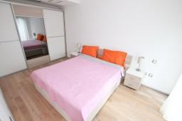 Спальня. Боко-Которская бухта, Черногория, Доброта : Современный апартамент для 4-5 человек, с отдельной спальней, с балконом с видом на море