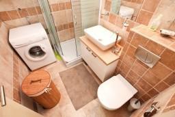 Ванная комната. Боко-Которская бухта, Черногория, Доброта : Современный апартамент для 4-5 человек, с отдельной спальней, с балконом с видом на море