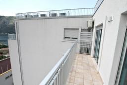 Балкон. Боко-Которская бухта, Черногория, Доброта : Современный апартамент для 4-5 человек, с отдельной спальней, с балконом с видом на море