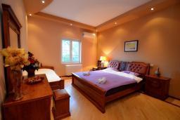 Спальня. Боко-Которская бухта, Черногория, Доброта : Апартамент для 7-9 человек, с 3-мя отдельными спальнями, с 2-мя ванными комнатами (ванна и душ), с большой гостиной, с террасой с видом на море, 20 метров до пляжа