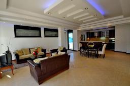 Гостиная. Боко-Которская бухта, Черногория, Доброта : Апартамент для 7-9 человек, с 3-мя отдельными спальнями, с 2-мя ванными комнатами (ванна и душ), с большой гостиной, с террасой с видом на море, 20 метров до пляжа