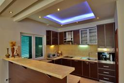 Кухня. Боко-Которская бухта, Черногория, Доброта : Апартамент для 7-9 человек, с 3-мя отдельными спальнями, с 2-мя ванными комнатами (ванна и душ), с большой гостиной, с террасой с видом на море, 20 метров до пляжа