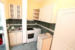 Кухня. Боко-Которская бухта, Черногория, Кавач : Студия для 2 человек