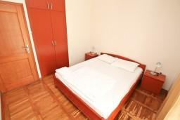 Боко-Которская бухта, Черногория, Доброта : Апартамент с отдельной спальней, с балконом с шикарным видом на море, возле пляжа