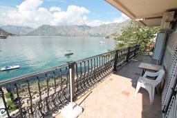 Балкон. Боко-Которская бухта, Черногория, Доброта : Апартамент с отдельной спальней, с балконом с шикарным видом на море, возле пляжа
