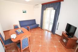 Гостиная. Боко-Которская бухта, Черногория, Доброта : Апартамент с отдельной спальней, с балконом с шикарным видом на море, возле пляжа