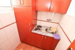 Кухня. Боко-Которская бухта, Черногория, Доброта : Апартамент с отдельной спальней, с балконом с шикарным видом на море, возле пляжа