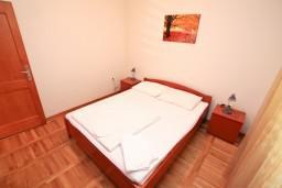 Спальня. Боко-Которская бухта, Черногория, Доброта : Апартамент с отдельной спальней, с балконом с шикарным видом на море, возле пляжа