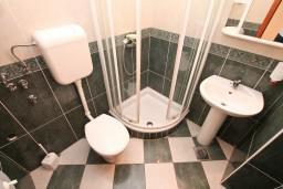 Ванная комната. Боко-Которская бухта, Черногория, Доброта : Апартамент с отдельной спальней, с балконом с шикарным видом на море, возле пляжа