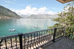 Вид на море. Боко-Которская бухта, Черногория, Доброта : Апартамент с отдельной спальней, с балконом с шикарным видом на море, возле пляжа