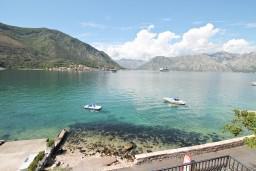Вид. Боко-Которская бухта, Черногория, Доброта : Апартамент с отдельной спальней, с балконом с шикарным видом на море, возле пляжа