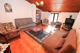 Гостиная. Боко-Которская бухта, Черногория, Доброта : Апартамент для 5 человек, с 2-мя отдельными спальнями, с большой гостиной, с балконом с шикарным видом на море