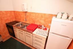 Кухня. Боко-Которская бухта, Черногория, Доброта : Апартамент для 5 человек, с 2-мя отдельными спальнями, с большой гостиной, с балконом с шикарным видом на море