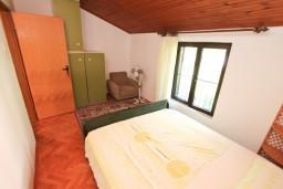 Спальня. Боко-Которская бухта, Черногория, Доброта : Апартамент для 5 человек, с 2-мя отдельными спальнями, с большой гостиной, с балконом с шикарным видом на море