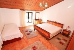 Спальня 2. Боко-Которская бухта, Черногория, Доброта : Апартамент для 5 человек, с 2-мя отдельными спальнями, с большой гостиной, с балконом с шикарным видом на море
