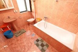 Ванная комната. Боко-Которская бухта, Черногория, Доброта : Апартамент для 5 человек, с 2-мя отдельными спальнями, с большой гостиной, с балконом с шикарным видом на море