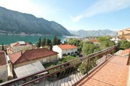 Балкон. Боко-Которская бухта, Черногория, Доброта : Апартамент для 5 человек, с 2-мя отдельными спальнями, с большой гостиной, с балконом с шикарным видом на море